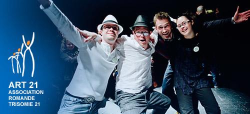Quatre jeunes, sur scène, se tiennent par les épaules lors d'un événement ART 21.