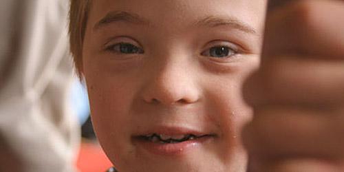 Un enfant souriant et charmeur, en gros plan.