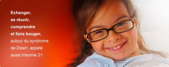fille avec des lunettes qui sourit