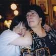 une maman et sa fille adulte la prenant par le cou affectueusement