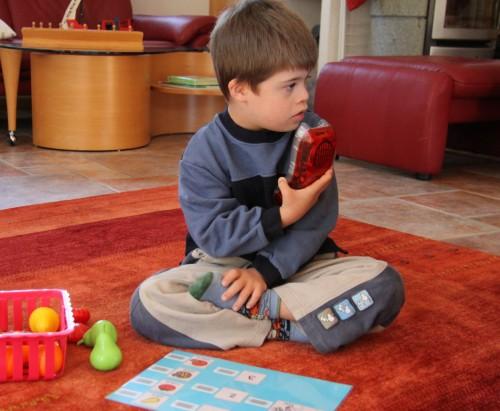 Jeune garçon utilisant un B.A.bar avec des pictogrammes