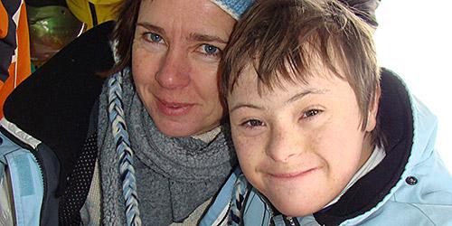 Une maman et son enfant, complices, durant une journée de ski.
