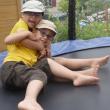 2 jeunes frères, Jules et Eliot sur un trampoline